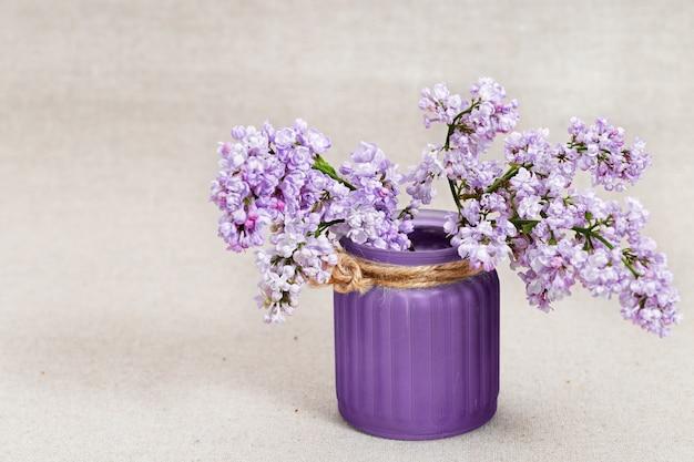 Mały bukiet bzu w fioletowym wazonie