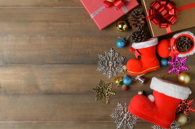 Mały but świętego mikołaja z dekoracjami i pudełko na drewniane