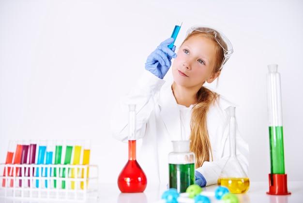 Mały chemik w swoim laboratorium