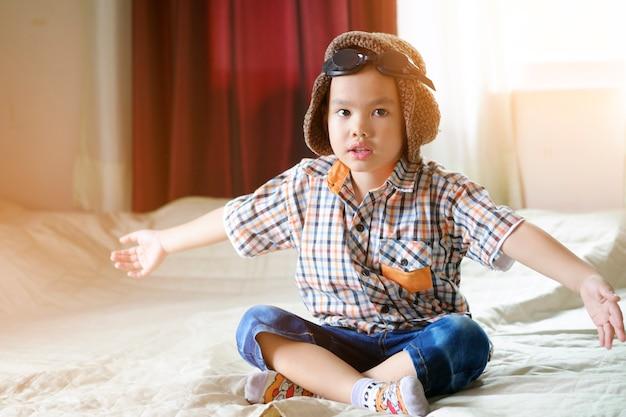 Mały chłopiec azjatycki cieszyć się podróżą, koncepcja podróży i przygody