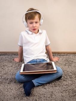 Mały chłopiec bawi się na urządzeniu