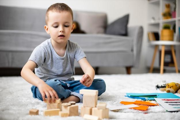 Mały chłopiec bawi się w domu