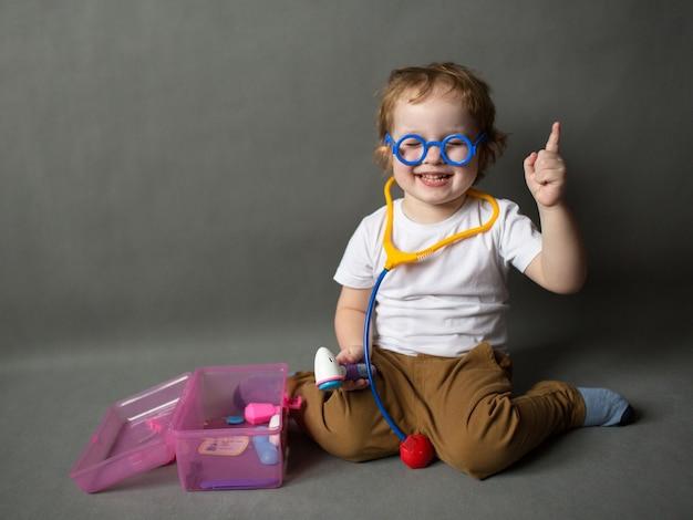 Mały chłopiec bawi się w lekarzy