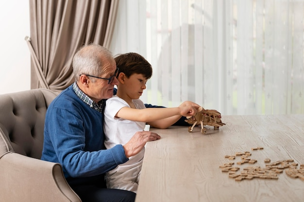 Mały chłopiec bawi się z dziadkiem