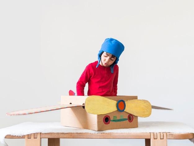 Mały chłopiec bawi się z łodzi