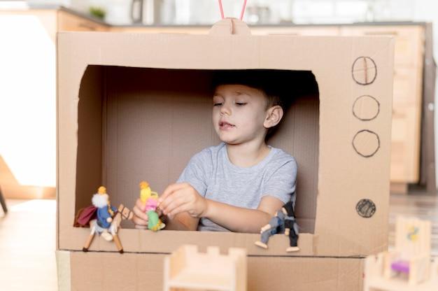 Mały chłopiec bawi się zabawkami