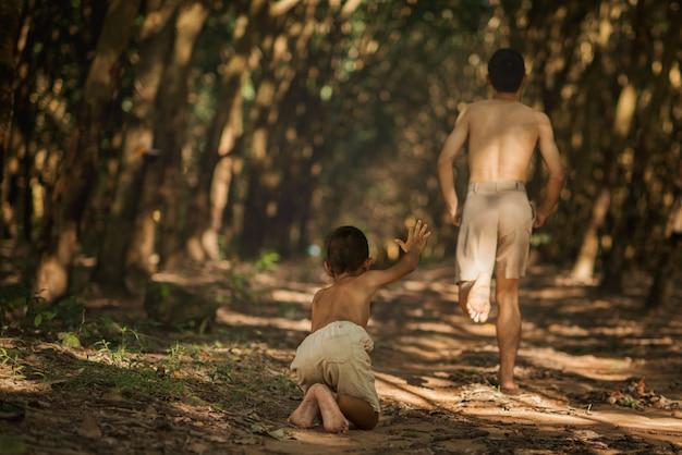 Mały chłopiec bieganie o pomoc z bratem działa