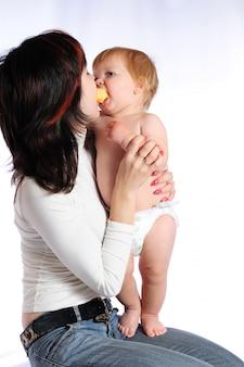 Mały chłopiec całuje matkę