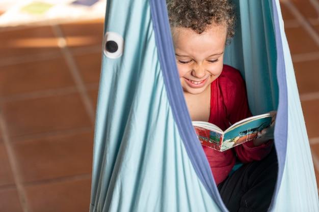 Mały chłopiec czytanie książki