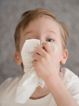 Mały chłopiec dmuchanie nosa