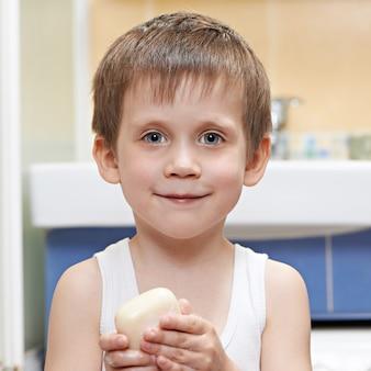 Mały chłopiec do mycia rąk mydłem