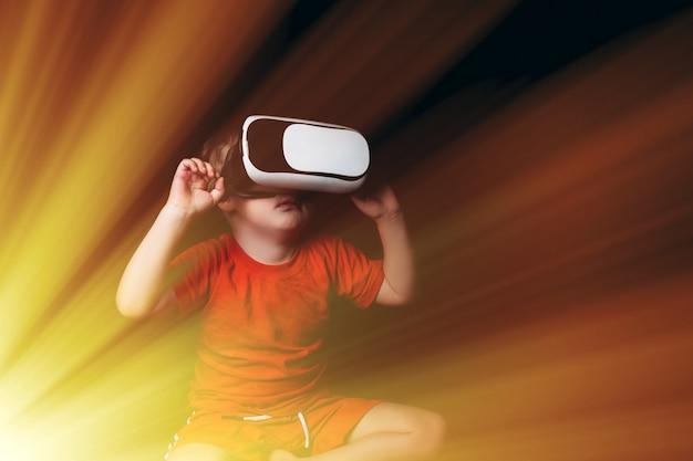Mały chłopiec doświadczający wirtualnej rzeczywistości