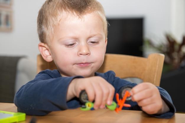 Mały chłopiec dwa lata zabawy z jej zabawkami