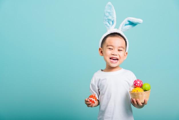 Mały chłopiec dziecko sobie uszy królika i biały t-shirt