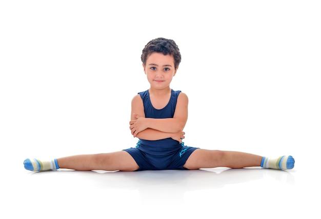 Mały chłopiec gimnastyka w pełnym splicie