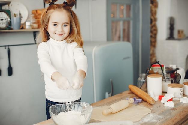 Mały chłopiec gotuje ciasto na ciasteczka