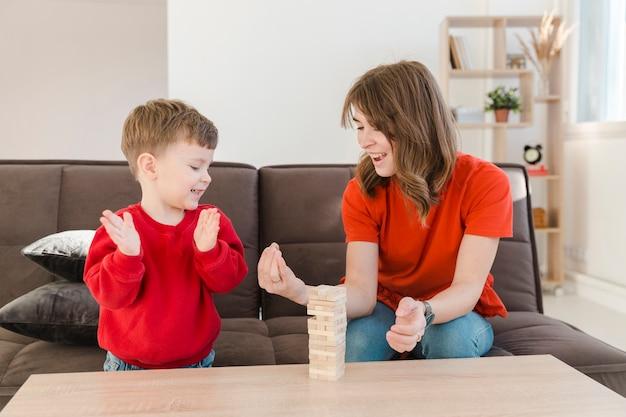 Mały chłopiec gra janga ze swoją mamą