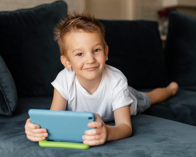 Mały chłopiec gra na telefonie