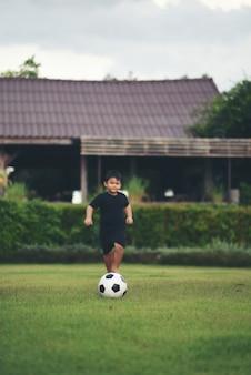 Mały chłopiec gra piłka nożna