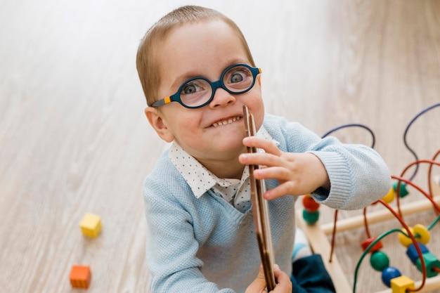 Mały chłopiec gra portret