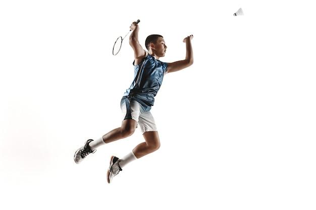 Mały chłopiec gra w badmintona na białym tle studio