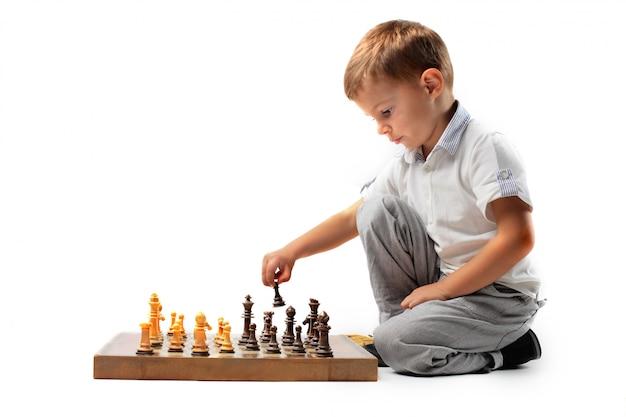 Mały chłopiec gra w szachy