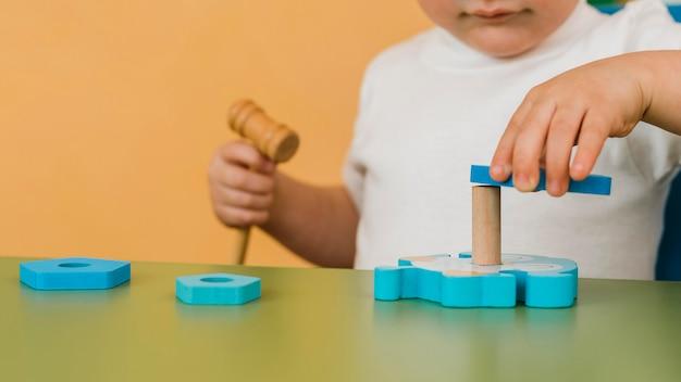 Mały chłopiec gra