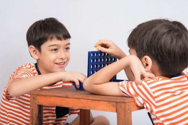 Mały chłopiec grający w connect four game soft focus w kontakcie wzrokowym