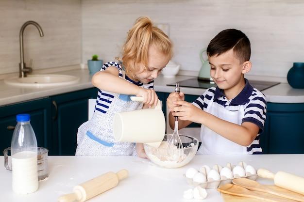 Mały chłopiec i dziewczynka gotowanie razem