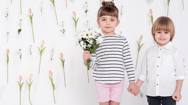 Mały chłopiec i dziewczynka trzymając się za ręce