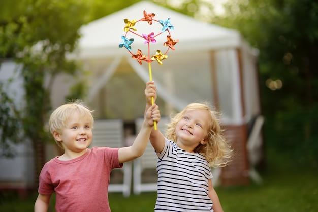 Mały chłopiec i dziewczynka zabawy podczas spaceru