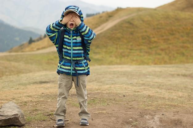 Mały chłopiec i podróż po górach, rodzinne wędrówki na łonie natury
