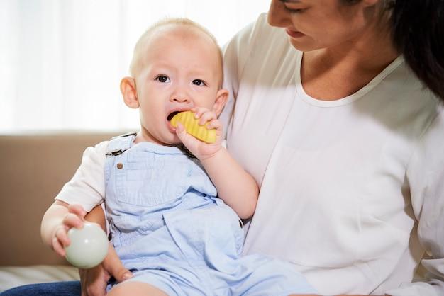 Mały chłopiec jeść kawałek jabłka