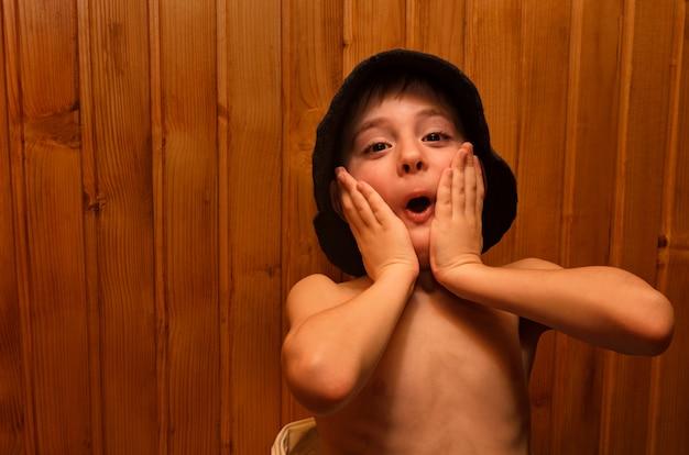 Mały chłopiec jest relaks w saunie