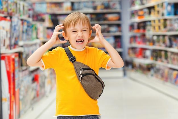 Mały chłopiec jest zły w supermarkecie