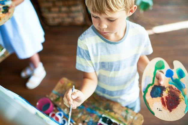 Mały chłopiec malowanie obrazu