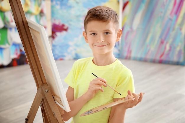 Mały chłopiec maluje w domu