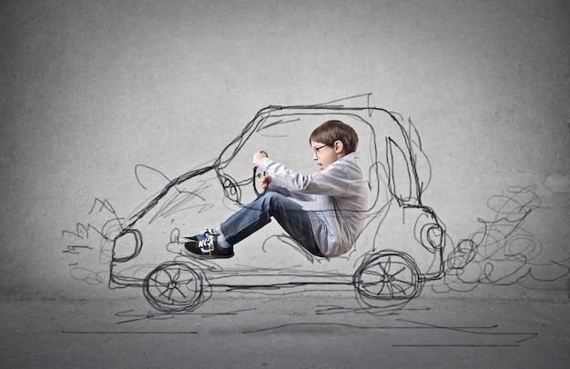 Mały chłopiec marzy o jeździe