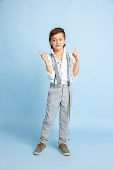 Mały chłopiec marzy o zawodzie krawcowej. koncepcja dzieciństwa, planowania, edukacji i marzeń.
