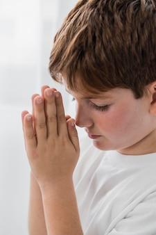 Mały chłopiec modli się