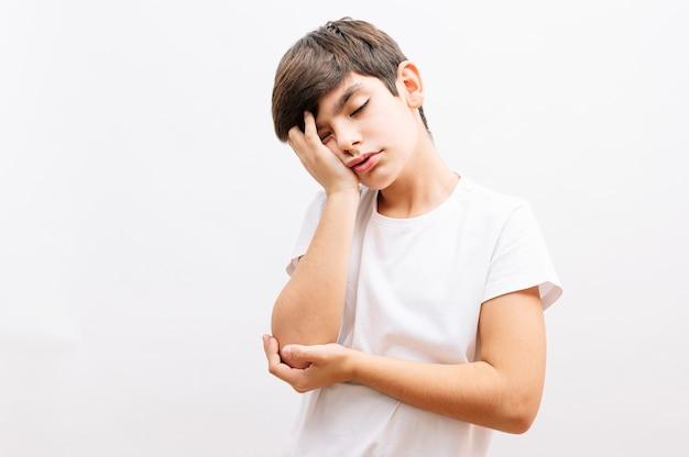 Mały chłopiec myśli wyglądający na zmęczonego i znudzonego