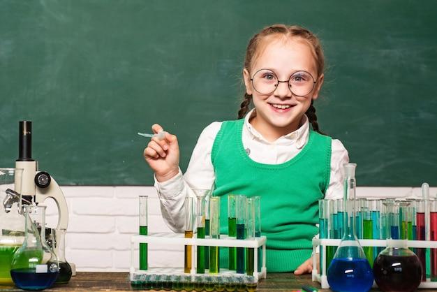 Mały chłopiec na lekcji chemii