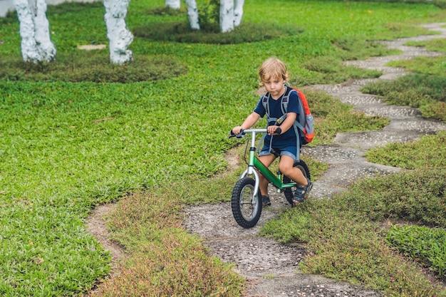 Mały chłopiec na rowerze równowagi