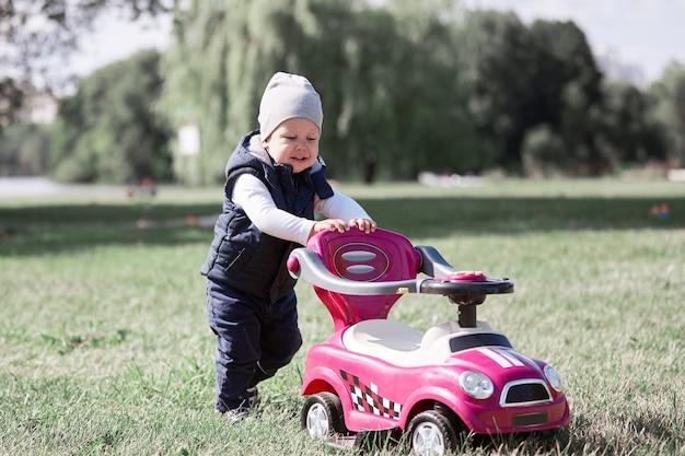 Mały chłopiec na spacerze w parku w wiosenny dzień