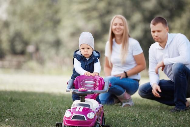 Mały chłopiec na spacerze z rodzicami