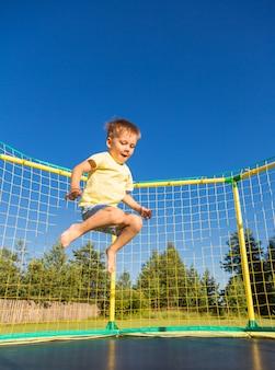Mały chłopiec na trampolinie