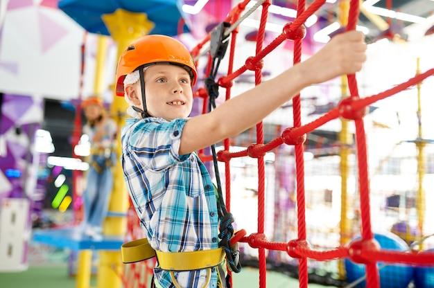 Mały chłopiec na tyrolce w centrum rozrywki