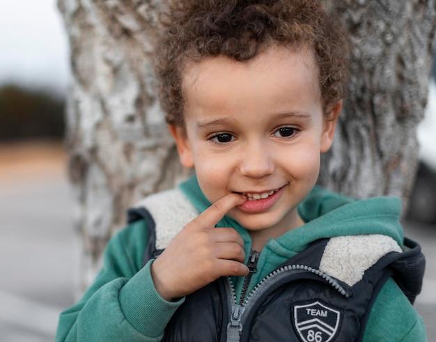 Mały chłopiec na zewnątrz uśmiechnięty