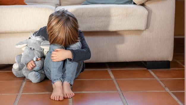 Mały chłopiec na zewnątrz zdenerwowany, trzymając swoją zabawkę