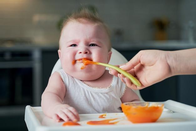 Mały chłopiec nie chce jeść przecieru dyniowego